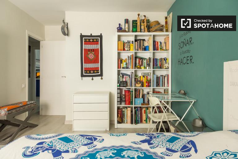 Duży pokój w apartamencie z 3 sypialniami w pobliżu Chamberí w Madrycie