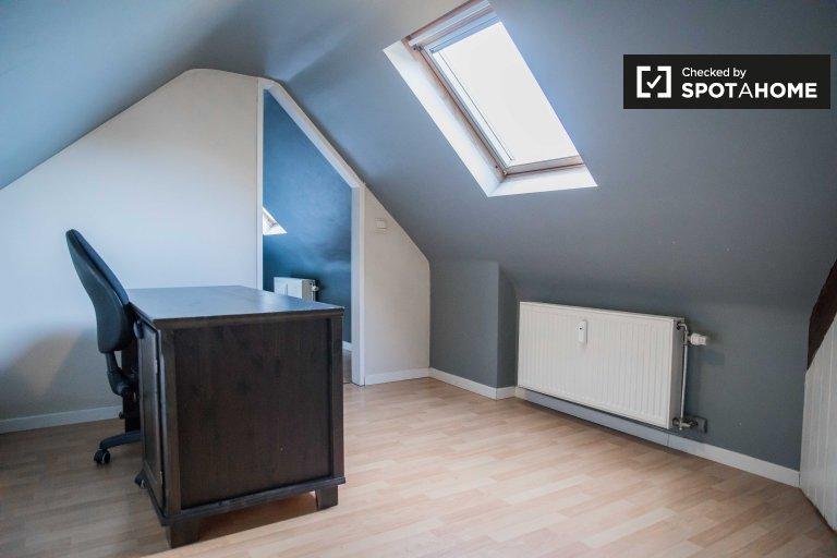 Zimmer zu vermieten in 4-Zimmer-Wohnung in Etterbeek, Brüssel