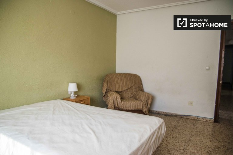 Grande quarto em apartamento de 4 quartos em Algirós