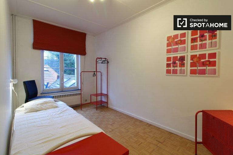 Auderghem, Brüksel'de 7 yatak odalı evde kiralık rahat oda