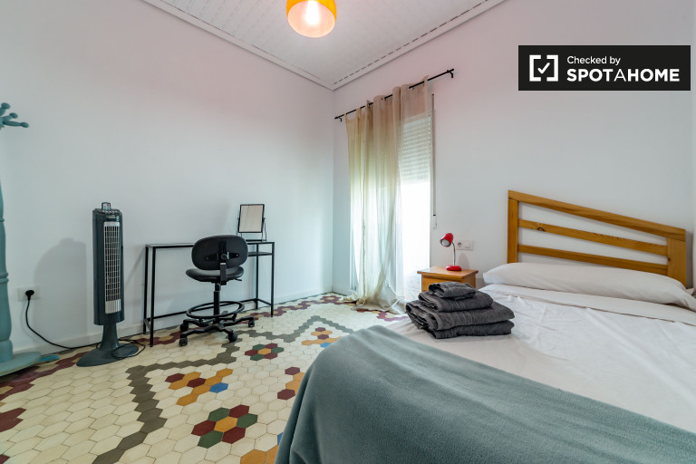 Single Bed in Room for rent in stylish 2-bedroom apartment in Eixample