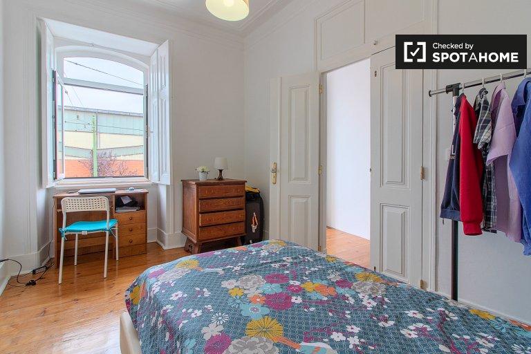 Acogedora habitación en un apartamento de 5 dormitorios en Alcântara, Lisboa.