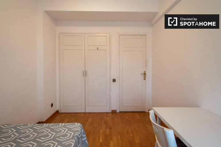 Bright room for rent in 4-bedroom apartment in Les Corts