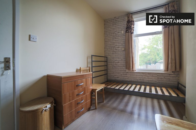 Room for rent in 5-bedroom flat in Wembley, London