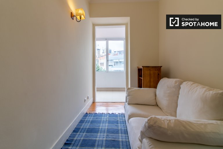 Lizbon'da Campolide'de kiralık aydınlık 2 yatak odalı daire