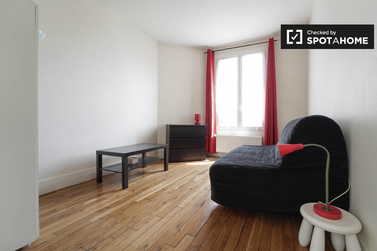 Single Bed in Rooms for rent in modern 3-bedroom apartment in Paris