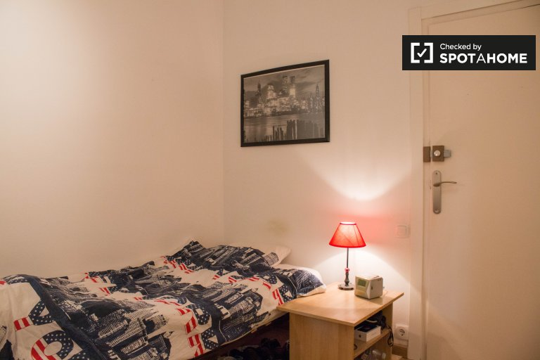 Cosy room in 4-bedroom apartment in Les Corts, Barcelona