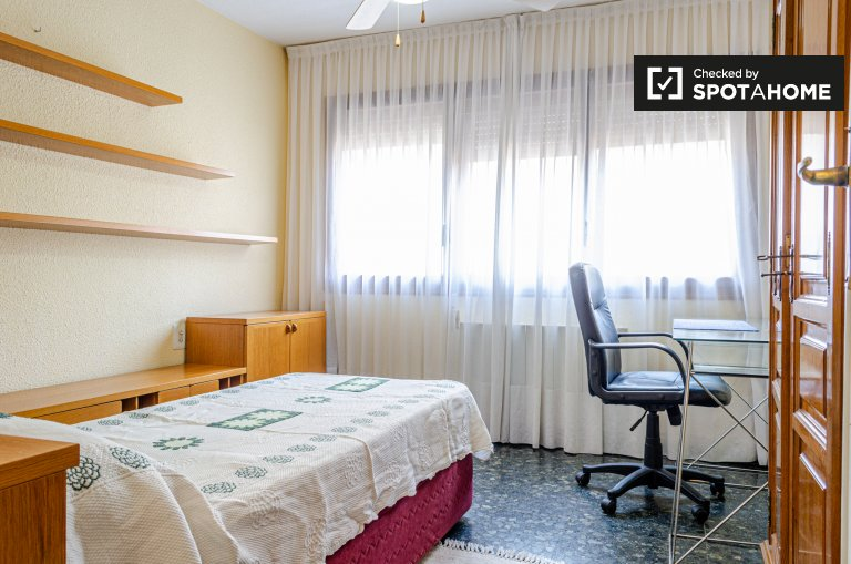 La Petxina'da 4 yatak odalı dairede kiralık oda