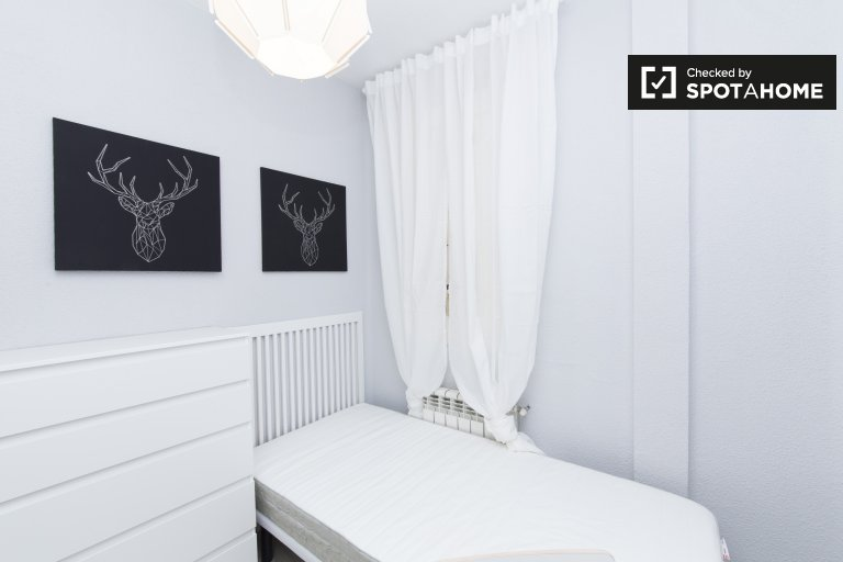 Room for rent in 5-bedroom apartment in Salamanca, Madrid