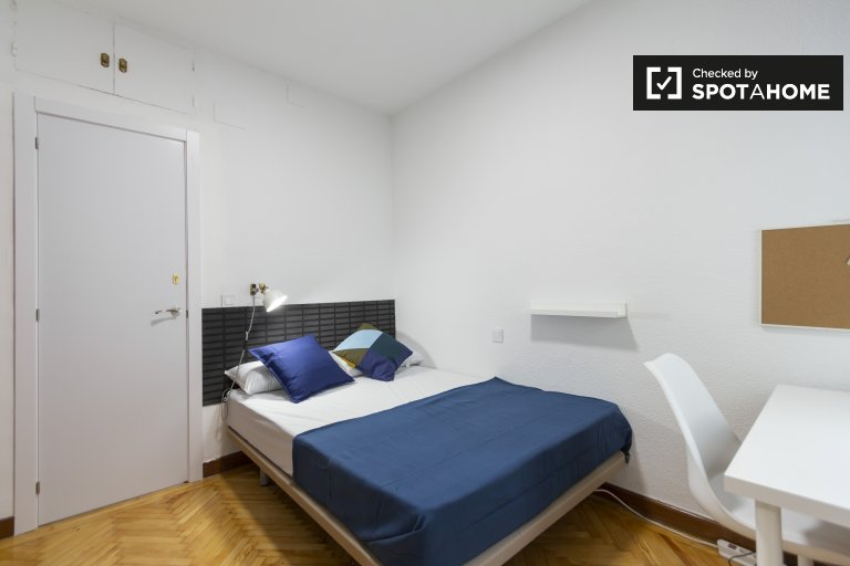 Schludny pokój w mieszkaniu z 6 sypialniami w Retiro, Madryt