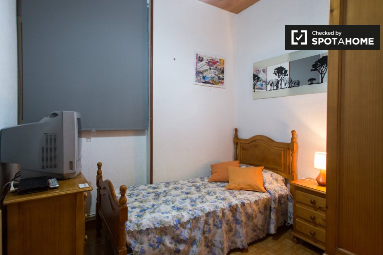 Spacious room for rent in 3-bedroom apartment in Les Corts