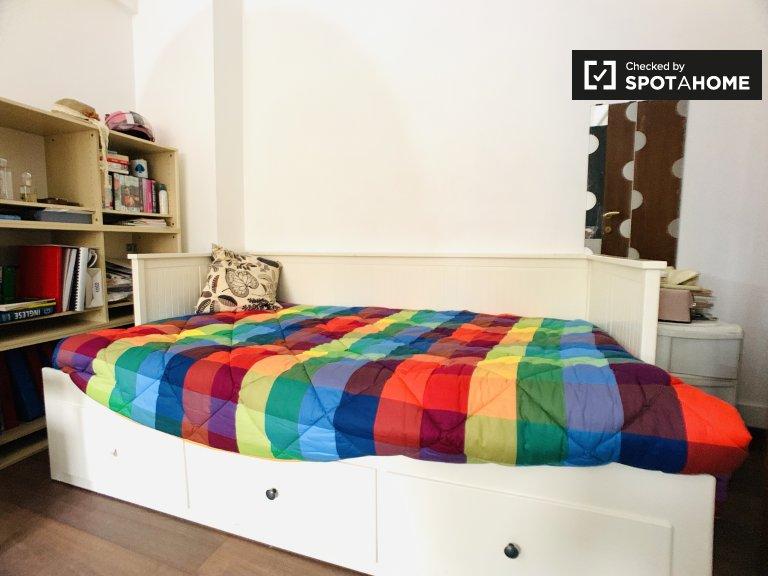 Quarto confortável para alugar em apartamento de 3 quartos em Portuense, Roma