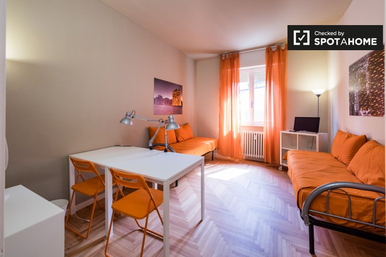 Double room in apartment in Giambellino, Milan
