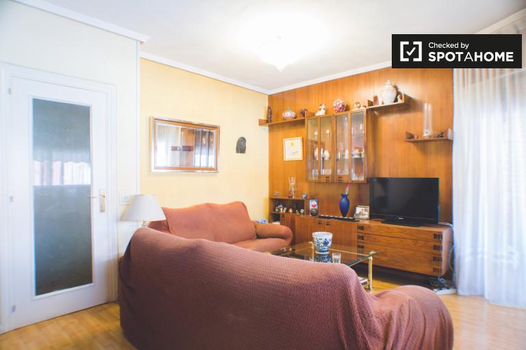 Duży pokój w apartamencie z 3 sypialniami w Prosperidad w Madrycie