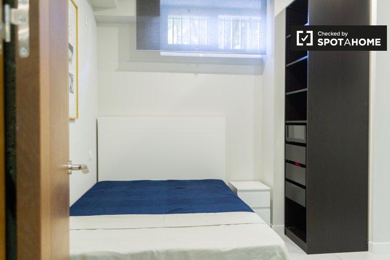 Elegancki pokój do wynajęcia w 3-pokojowym mieszkaniu w Tetuán, Madryt