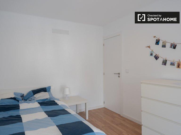 Habitación luminosa en piso de 8 habitaciones en parede.