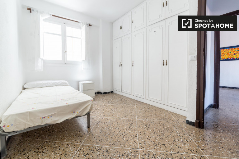 Single Bed in Room for rent in a 3-bedroom apartment with balcony in Algiros
