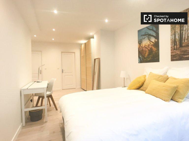 Ixelles, Brüksel'de 7 yatak odalı dairede kiralık oda