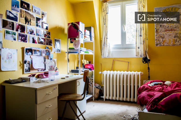 Single Bed in Rooms for rent to female students in house with balcony in Etterbeek area