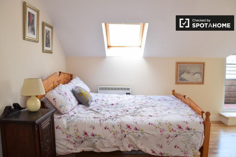 Excelente quarto em apartamento em Ongar, Dublin