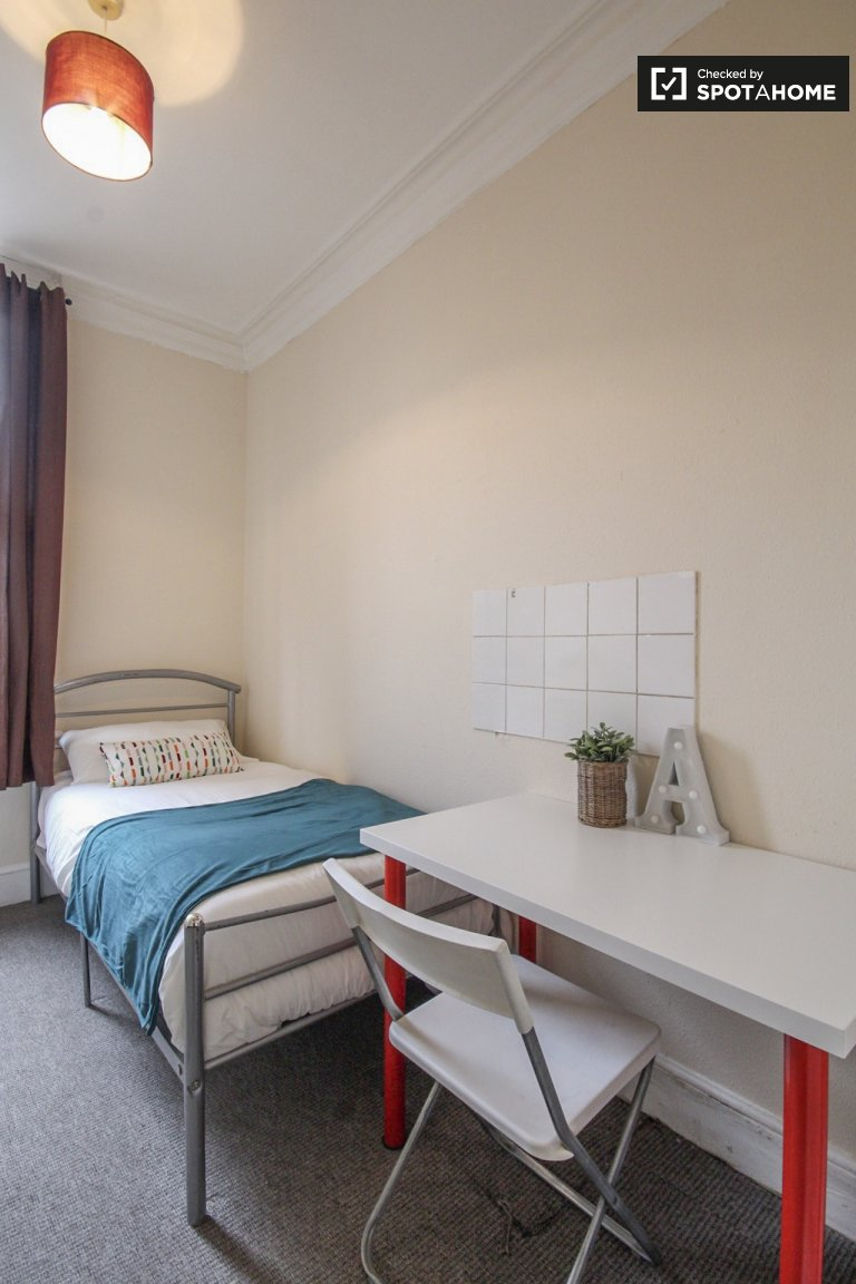 Grande chambre dans un appartement de 8 chambres à Kilburn, Londres