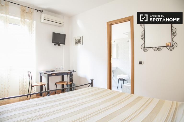 Przestronny pokój w apartamencie w Cinecittà w Rzymie