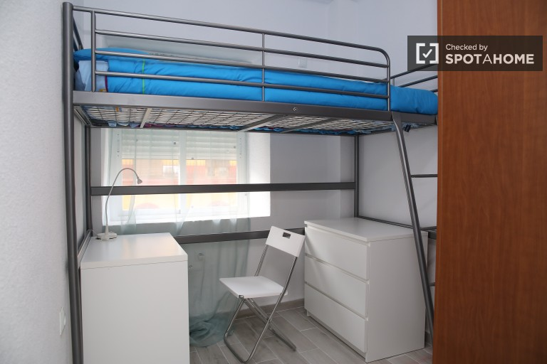 in 2 Stylish rooms for female students in apartment with air conditioning in San Vicente, Seville