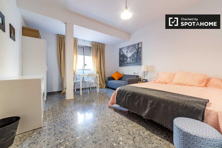 Umeblowany pokój do wynajęcia w apartamencie z 7 sypialniami w Extramurs
