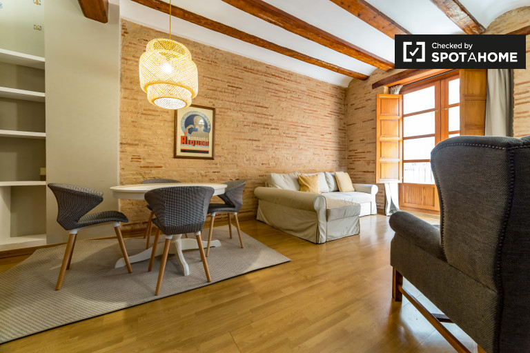Stunning and stylish 2-bedroom apartment to rent at the heart of Ciutat Vella. Balconies. AC. By metro.