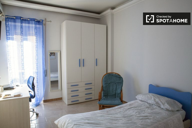 Single Bed in Rooms for rent in 2-bedroom apartment with AC and balcony in Portuense