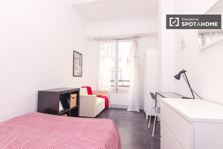 Double Bed in Exterior rooms in a bright 6 bedroom apartment, minutes from Estacio del Nord