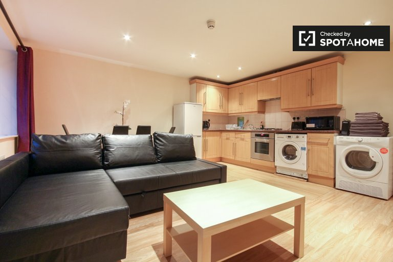 2-bedroom apartment with patio for rent in Shepherds Bush, Travelcard Zone 2