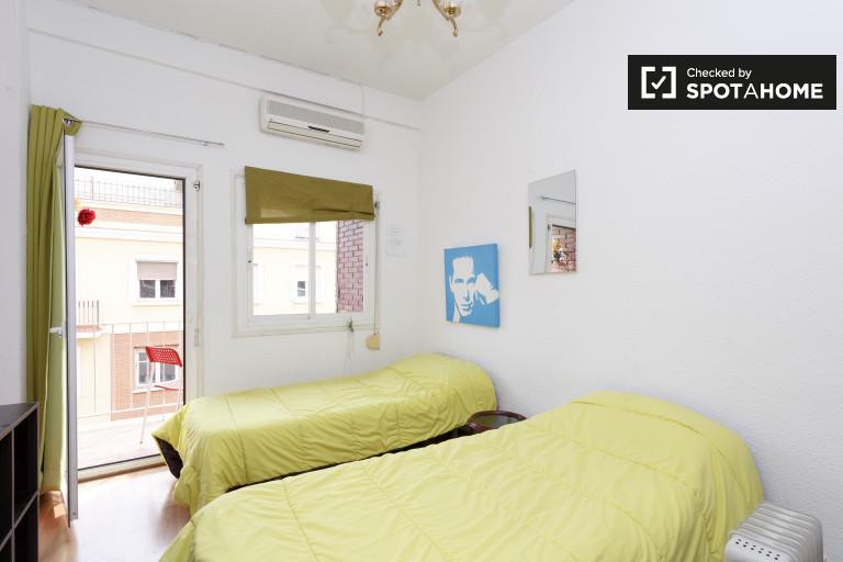 Acogedora habitación en apartamento de 3 dormitorios en Pacífico, Madrid.