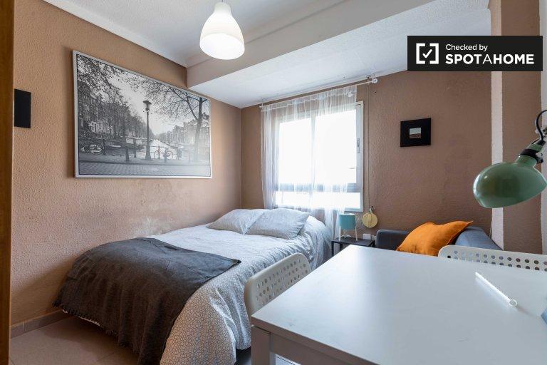 Kiralık Snug oda, 4 yatak odalı daire, Quatre Carreres