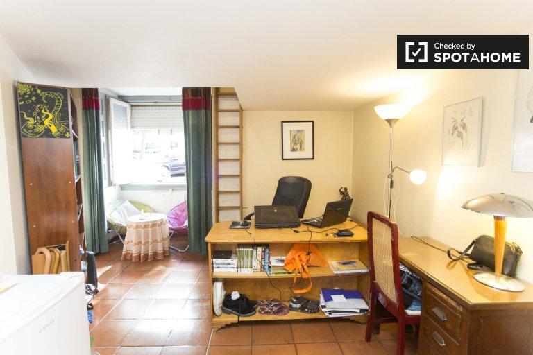 Quarto luminoso em apartamento com 4 quartos nas Avenidas Novas