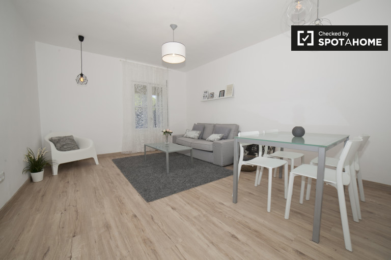 Stylish 3-bedroom apartment with balcony for rent in Triana