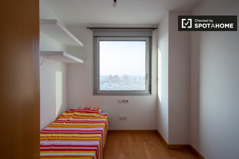 Tidy room for rent in 3-bedroom apartment in Badalona