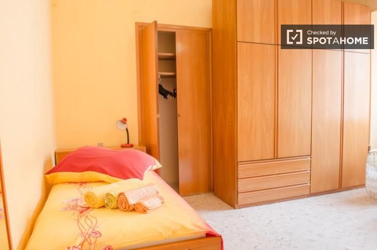 Łóżko w pokoju w mieszkaniu w San Lorenzo, Rzym