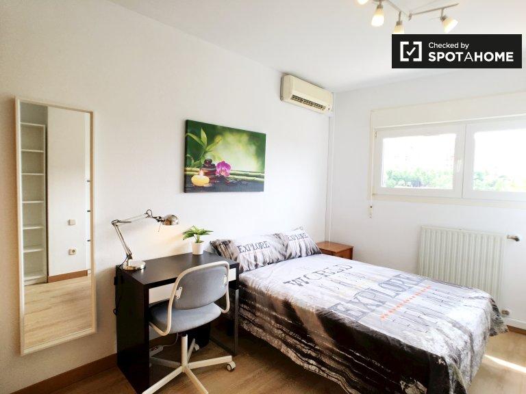 Furnished room in 5-bedroom apartment, Moratalaz, Madrid