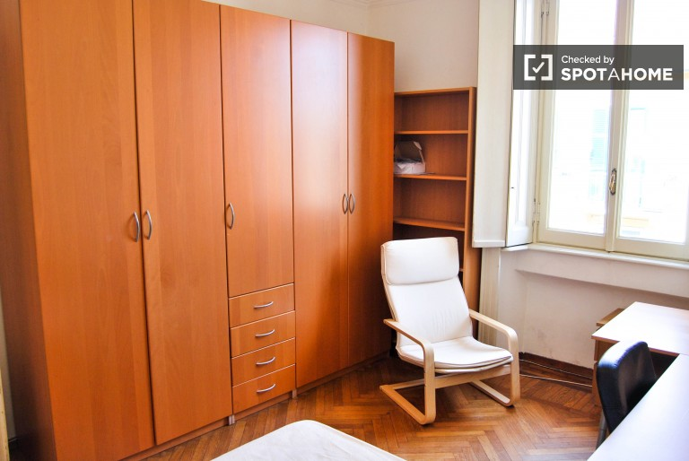 Twin Beds in 2 rooms for rent with plenty storage in a shared apartment near Milano Centrale