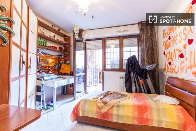 Bedroom 1 with twin beds and balcony for rent in shared-occupancy bedroom