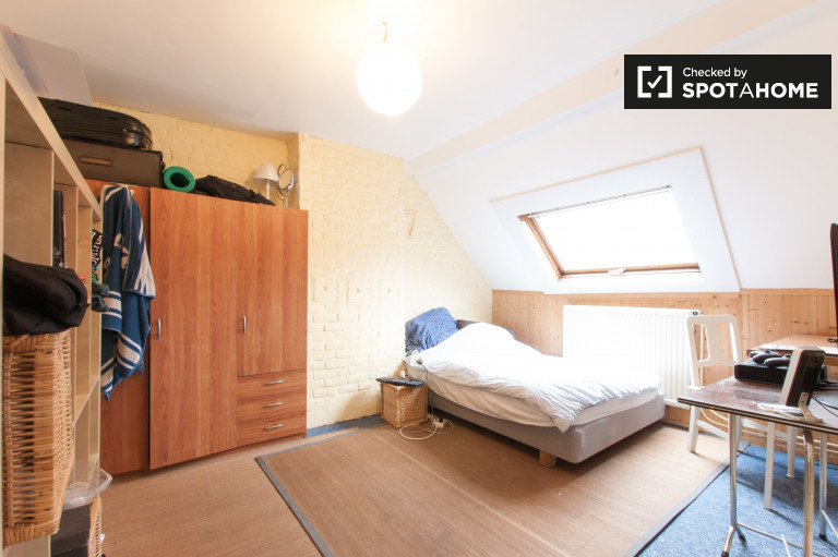 Single Bed in Rooms for rent in 4-bedroom house in Woluwe-Saint-Lambert