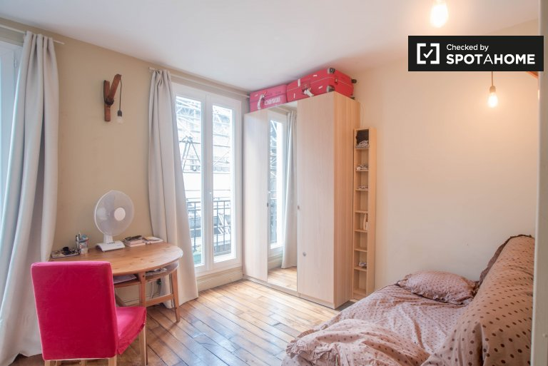 Bright studio apartment with balcony for rent in the 8th Arrondissement