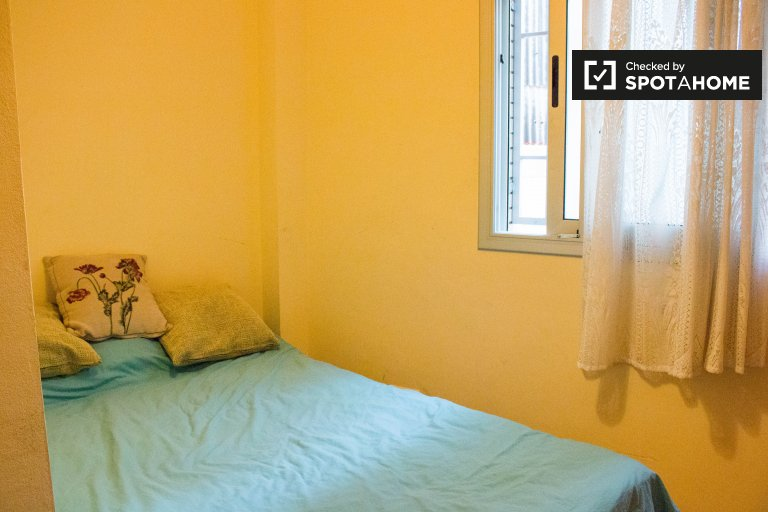 Warm room for rent in 3-bedroom apartment in Poble-sec