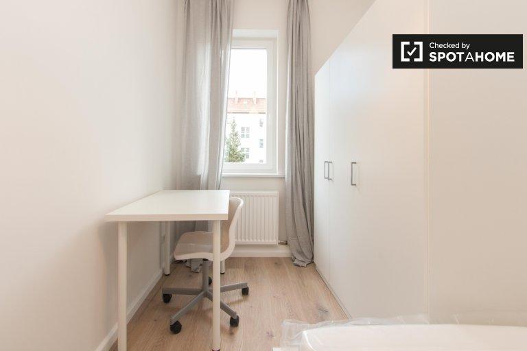 Przytulny pokój do wynajęcia w mieszkaniu z 3 sypialniami, Neukölln