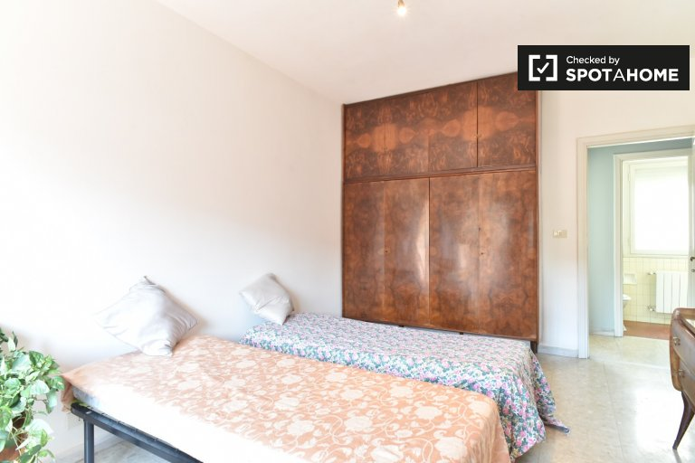 Twin Beds in Rooms for rent in tidy 4-bedroom apartment in Tiburtina