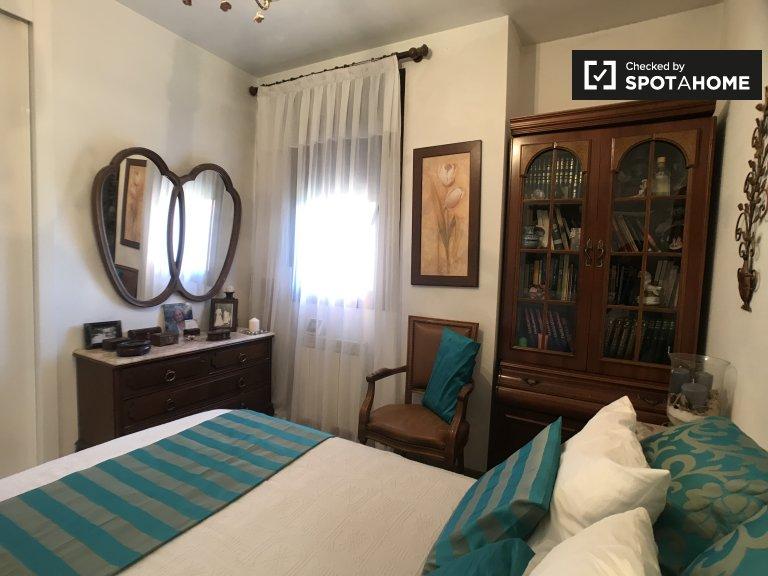 Cosy room in 3-bedroom apartment in Delicias, Madrid