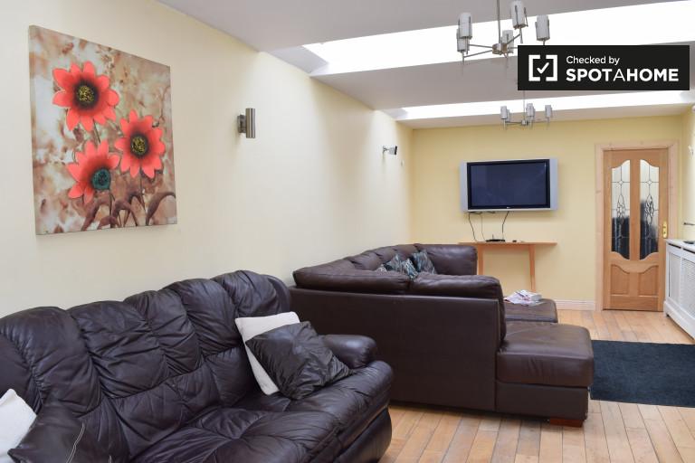 Grande chambre dans un appartement partagé à Ballycullen, Dublin