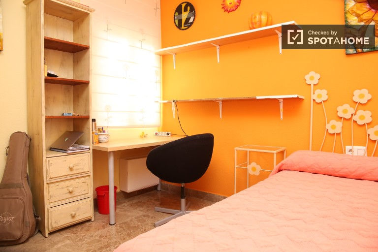 Double Bed in Rooms available for rent in 4-bedroom apartment in Santa Cruz
