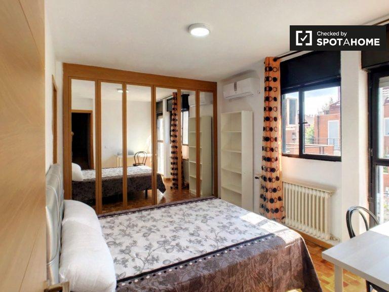 Chambre lumineuse dans un appartement de 7 chambres à Getafe, Madrid